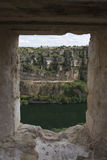 Vista del fiume di Durat?n da una finestra in rovine Fotografie Stock