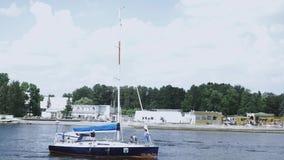 Vista del fiume di galleggiamento dell'yacht bianco il giorno soleggiato di estate Acqua blu Litorale stock footage