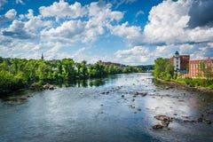 Vista del fiume di Merrimack, a Manchester del centro, nuovo Hampshi fotografia stock libera da diritti