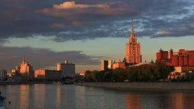 Vista del fiume di Mosca al tramonto stock footage