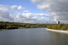 Vista del fiume di Mosca dal ponte sanguinoso della metropolitana di Vorobyovy Fotografia Stock Libera da Diritti