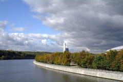 Vista del fiume di Mosca dal ponte sanguinoso della metropolitana di Vorobyovy Immagini Stock Libere da Diritti