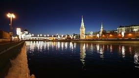 Vista del fiume di Moskva e del Cremlino alla notte, Mosca, Russia--la vista più popolare di Mosca stock footage