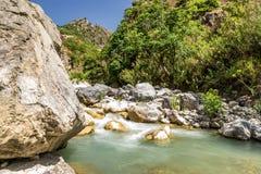 Vista del fiume di Raganello sotto la via dell'IL Ponte del diavolo in Civita immagine stock
