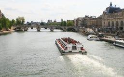 Vista del fiume di Seine e di Musee d'Orsay fotografia stock libera da diritti