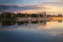 Vista del fiume di sera da una barca di passaggio immagine stock
