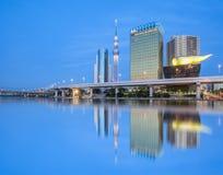 Vista del fiume di Tokyo Sumida con alta costruzione Immagini Stock