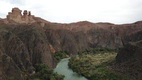 Vista del fiume e del canyon di Charyn Le scogliere rocciose e le nuvole grige immagine stock