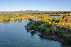 Vista del fiume Ebro dal castello di Miravet, Spagna fotografia stock
