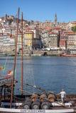 Vista del fiume il Duero, con le barche di Rabelo sui bacini della città di Gaia, Ribeira su Oporto come fondo fotografia stock