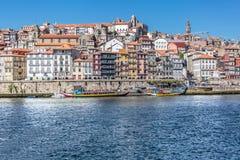 Vista del fiume il Duero, con le barche di Rabelo sui bacini di Ribeira, tradizionali in città come fondo fotografia stock