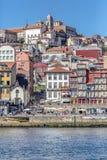 Vista del fiume il Duero, con le barche di Rabelo sui bacini di Ribeira, tradizionali in città come fondo immagine stock libera da diritti
