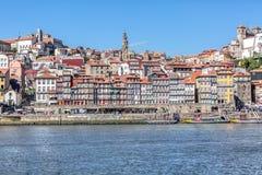 Vista del fiume il Duero, con le barche di Rabelo sui bacini di Ribeira, tradizionali in città come fondo fotografia stock libera da diritti