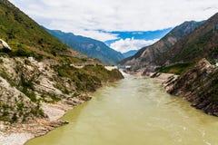 Vista del fiume Jinsha sulla direzione da Lijiang al lago Lugu Fotografie Stock