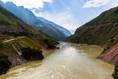 Vista del fiume Jinsha sulla direzione da Lijiang al lago Lugu Fotografia Stock Libera da Diritti