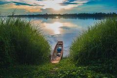 Vista del fiume del khong di mae con la barca di legno su acqua e sul cespuglio verde Fotografia Stock Libera da Diritti