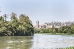 Vista del fiume nella città Brasile di Aparecida immagine stock