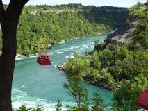 Vista del fiume Niagara circondato da vegetazione Immagine Stock
