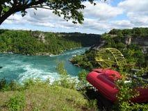 Vista del fiume Niagara circondato da vegetazione Fotografie Stock Libere da Diritti