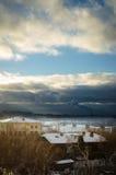 Vista del fiume Ob'in Siberia nell'inverno dentro in città fotografie stock libere da diritti