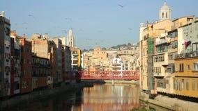 Vista del fiume Onyar a Girona nel tempo di giorno stock footage