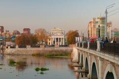 Vista del fiume del ponte e di Miass di Kirovsky Fotografie Stock