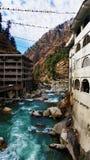 Vista del fiume rapido Parvati e delle bandiere sacre di preghiera fotografia stock libera da diritti