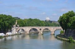 Vista del fiume Tiber e della cupola della st Peter fotografia stock libera da diritti