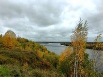 Vista del fiume un bello giorno di autunno fotografia stock