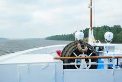 Vista del fiume Volga dalla prora di una fodera di crociera Immagine Stock