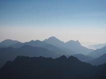 Vista del fondo abstracto de las montañas azules 3d Fotos de archivo
