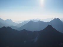 Vista del fondo abstracto de las montañas azules 3d Fotografía de archivo libre de regalías