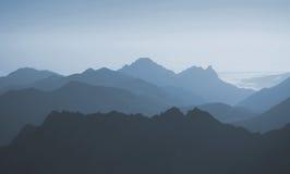 Vista del fondo astratto delle montagne blu Onde Fotografie Stock Libere da Diritti