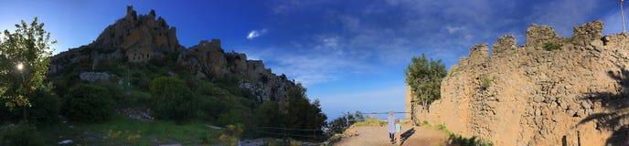 Vista del fondo delle montagne e della valle dall'altezza del castello della st Hilarion, a Nicosia, il Cipro Immagini Stock