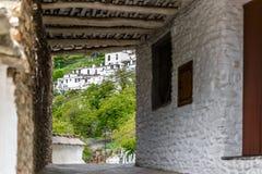 Vista del fondo di una via, in un villaggio di La Alpujarra, il Gr Immagini Stock Libere da Diritti