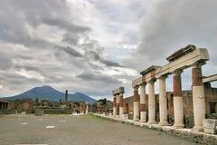 Vista del forum di Pompei con le colonne ed il vulcano Vesuvio Fotografia Stock Libera da Diritti