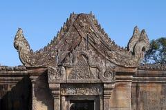 Vista del frontone scolpito e dell'architrave sopra l'entrata di Gopura III il tempio del XI secolo di Preah Vihear Fotografia Stock