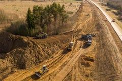 Vista del fuco del lavoro di riparazione dei camion, del bulldozer e della strada nel paesaggio rurale immagini stock libere da diritti