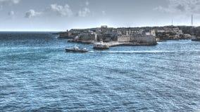 Vista del fuerte Ricasoli, barco de navegación, faro Imagen de archivo libre de regalías