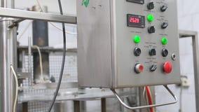 Vista del gabinete eléctrico en las instalaciones lecheras en el trabajo metrajes