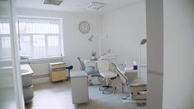 Vista del gabinetto dentario moderno con più nuova attrezzatura stock footage