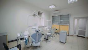 Vista del gabinetto dentario moderno con più nuova attrezzatura archivi video
