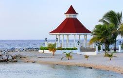 Vista del gazebo sulla spiaggia per le nozze Fotografie Stock