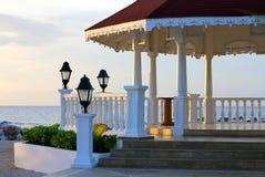 Vista del gazebo sulla spiaggia per le nozze Immagini Stock