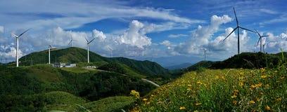 Vista del generatore eolico di Panoram dalla montagna superiore fotografia stock