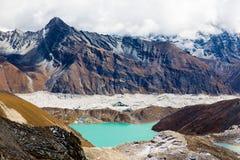 Vista del ghiacciaio di Ngozumpa del lago Gokyo dal passaggio Nepal della La di Renjo Fotografie Stock Libere da Diritti