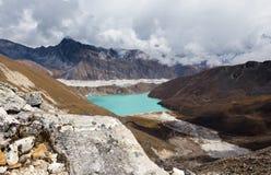 Vista del ghiacciaio di Ngozumpa del lago Gokyo dal passaggio Nepal della La di Renjo Fotografia Stock Libera da Diritti