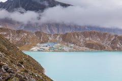 Vista del ghiacciaio di Ngozumpa del lago Gokyo dal passaggio Nepal della La di Renjo Immagini Stock