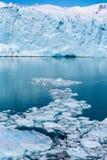 Vista del ghiacciaio e dei ghiaccioli enormi nell'acqua nella Patagonia Immagine Stock