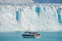 Vista del ghiacciaio Perito Moreno in Patagonia e barca turistica Fotografie Stock Libere da Diritti